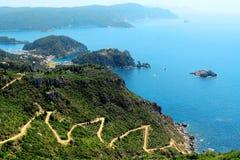 Azurt sjösidalandskap från Grekland Korfu Royaltyfri Bild