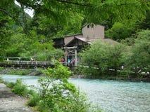 Azusa flod och bro i Kamikochi Royaltyfria Bilder