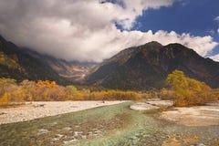 Azusa River- und Herbstfarben in Kamikochi, Japan Lizenzfreie Stockbilder