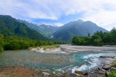 Azusa河和穗高山在Kamikochi,长野,日本 免版税库存照片