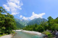 Azusa河和穗高山在Kamikochi,长野,日本 库存照片