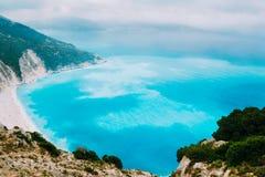 Azuurblauw water van Myrtos-Strand, Kefalonia-Eiland Beste stranden in de wereld en de Middellandse, Ionische Zee stock fotografie