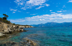 Azuurblauwe blauwe baai in Heilige Florent, Corsica, Frankrijk Stock Afbeeldingen