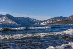 Azuurblauwe de winter van het de golvenijs van meerbergen royalty-vrije stock fotografie