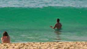 Azuurblauwe die golven op het zand van Karon-Strand worden gerold stock videobeelden