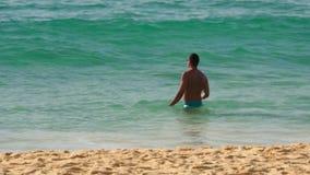 Azuurblauwe die golven op het zand van Karon-Strand worden gerold stock video