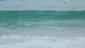 Azuurblauwe die golven op het zand van Karon-Strand worden gerold stock footage