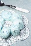 Azuurblauwe eigengemaakte schuimgebakjekoekjes Stock Afbeeldingen