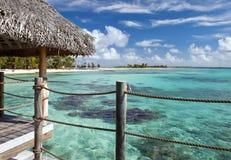 Azuurblauwe lagune van eiland Stock Afbeeldingen