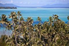 Azuurblauwe lagune van eiland BoraBora, Polynesia Bergen, het overzees, palmen Stock Afbeeldingen