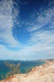 Azuurblauwe oceaan met dramatische blauwe hemel met wolken Stock Foto's