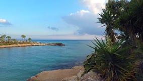 Azuurblauwe overzees bij het Adams strand in Ayia Napa stock footage