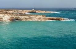 Azuurblauwe overzees en grotts van de Maltese kustlijn Het eiland van Malta Stock Afbeeldingen