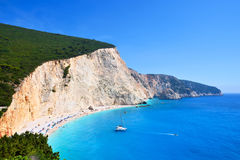 Azuurblauwe overzees en steile witte klippen van Porto Katsiki strand stock foto