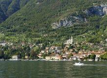 Azzano di Mezzegra, una comuna hermosa en la orilla del lago Como Foto de archivo libre de regalías