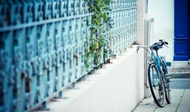 Azzurro della bici della via Fotografia Stock