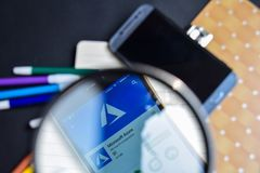 Azzurro di Microsoft nell'ingrandimento sullo schermo di Smartphone fotografia stock