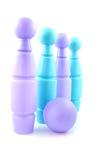 Azzurro e perni di bowling colorati viola Fotografia Stock