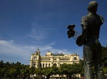 Azzurro, statua e municipio Immagini Stock