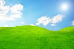 Azzurro verde di cielo e del campo con la nube bianca Fotografia Stock Libera da Diritti