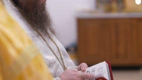 Bálano en chirch ortodoxo Biblia de las manos de un sacerdote