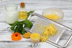 Bálsamo de bordo caseiro feito do óleo da azeitona e de coco com cera de abelha Imagem de Stock Royalty Free