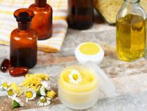 Bálsamo de bordo feito do óleo da azeitona e de coco com cera de abelha Imagens de Stock Royalty Free
