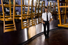 Bárman latino-americano na barra fechada Fotos de Stock