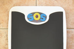 Báscula de baño con el texto el SOS Imagen de archivo