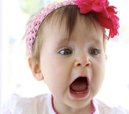 Bâillement/grondement de bébé Photo stock