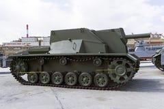 Bâti autopropulsé soviétique SG-122 d'artillerie dans le musée de l'équipement militaire image stock