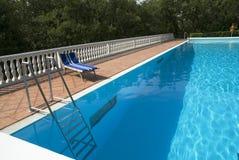 Bâti bleu près de la piscine images libres de droits