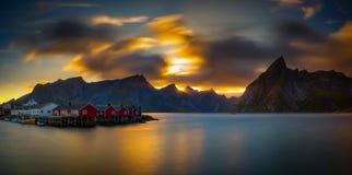 Bâti ci-dessus Olstind de coucher du soleil et le village de Hamnoy en Norvège Image stock