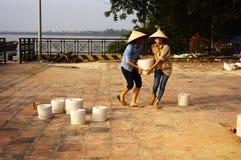 Bâti de céramique se dorant sous le soleil Photos stock