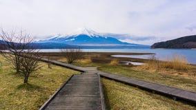 Bâti de Fuji avec la neige le temps de dessus au printemps au lac yamanaka images libres de droits