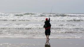 Bâti de pêcheur dans le ressac Image stock