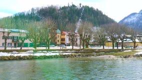 Bâti de Siriuskogl derrière les maisons, mauvais Ischl, Autriche banque de vidéos