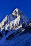 Bâti dramatique Shivling (6543 mètres) dans photos stock
