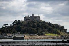 Bâti du ` s de St Michael dans les Cornouailles, Angleterre avec les cieux nuageux images libres de droits