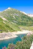Bâti et rivière, Alpes Photo stock
