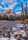 Bâti Kidd, une montagne à Kananaskis dans le Canadien Rocky Mountains, Alberta et la rivière de Kananaskis en hiver images stock