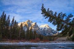 Bâti Kidd, une montagne à Kananaskis dans le Canadien Rocky Mountains, Alberta et la rivière de Kananaskis en hiver photos stock