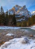 Bâti Kidd, une montagne à Kananaskis dans le Canadien Rocky Mountains, Alberta et la rivière de Kananaskis en hiver image stock