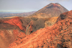 Bâti Ngauruhoe et cratère rouge, croisement alpin de Tongariro Photos stock