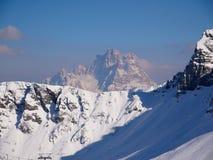 Bâti Pelmo au-dessus d'une arête neigeuse photo libre de droits