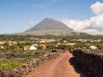 Bâti Pico avec des vignobles et des villages dans le premier plan, Pico Island, Açores image libre de droits