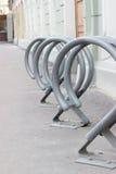 Bâti pour le stationnement de bicyclette dans la ville Images stock