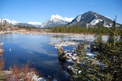 Bâti Rundle dans les Rocheuses des lacs vermeils Photos stock