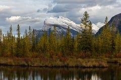 Bâti Rundle des lacs vermeils dans Banff Image libre de droits