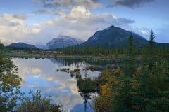 Bâti Rundle et réflexions vermillonnes de lac Photographie stock